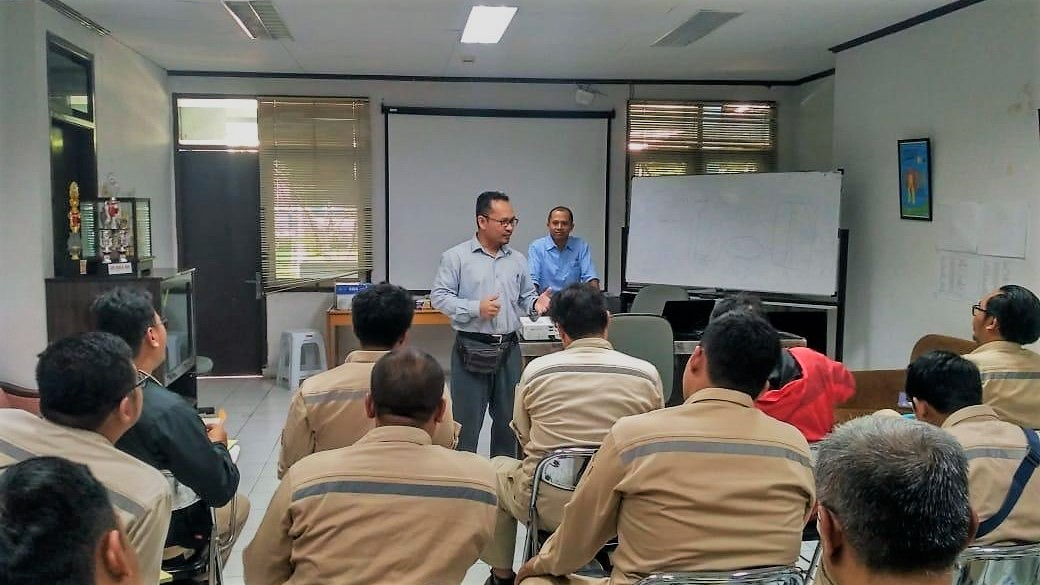 briefing meeting with staff of power plant operation and maintenance